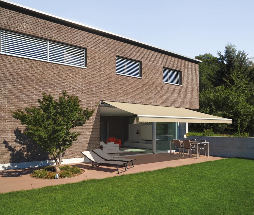 terrasse als wohnf hlzimmer mit sonnenschutz. Black Bedroom Furniture Sets. Home Design Ideas